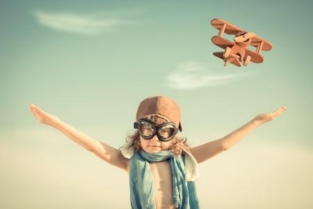 niño jungando avion